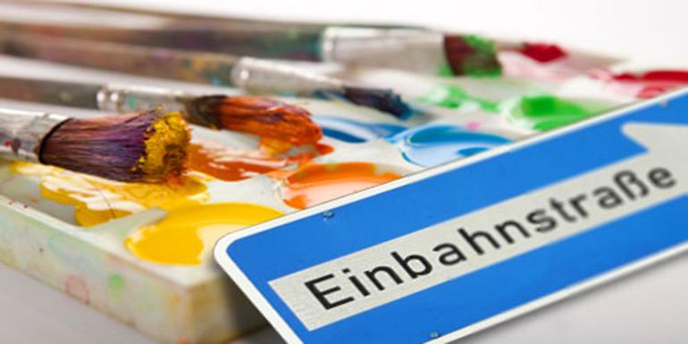 Pinsel, Farben und Einbahnstraßenschild