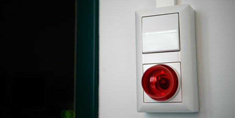 Erloschene Aufnahmelampe an der Türe zur Tonkammer