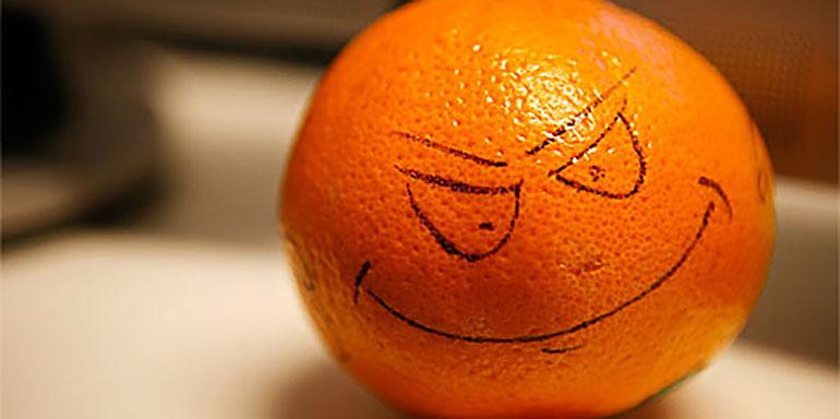 Orange mit aufgemaltem Gesicht