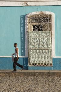 Kubaner läuft vor buntem Haus entlang