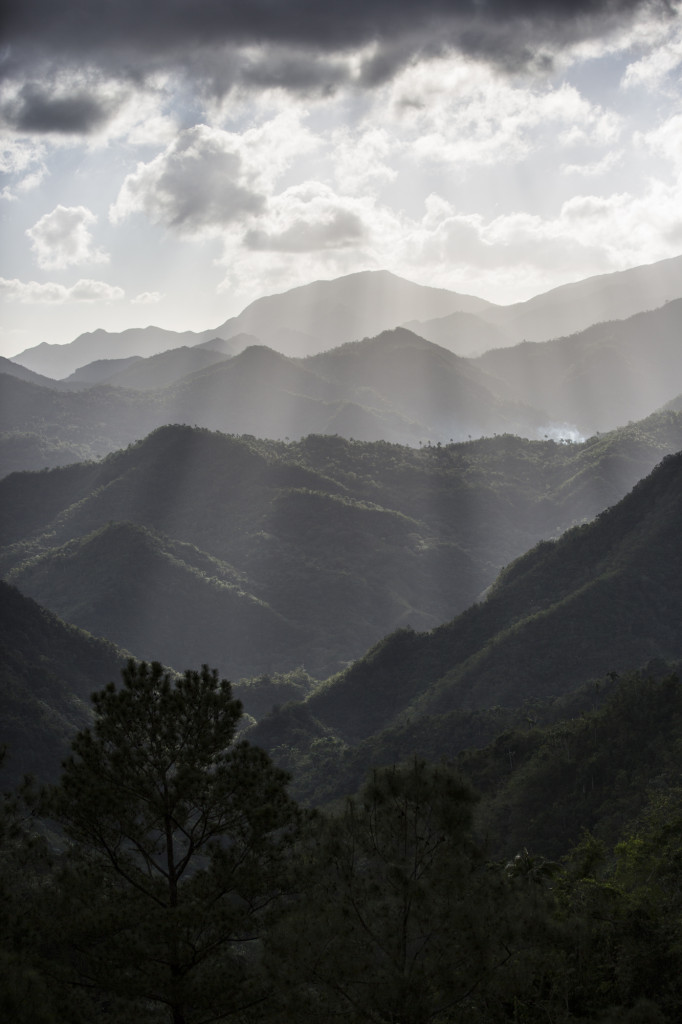 Bergkette im Südosten auf Kuba im Streulicht.