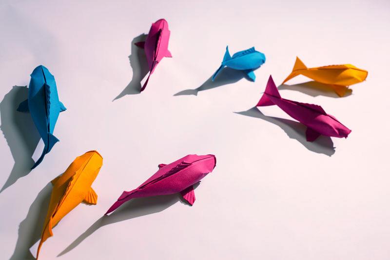 Aus Papier gefaltete Fische