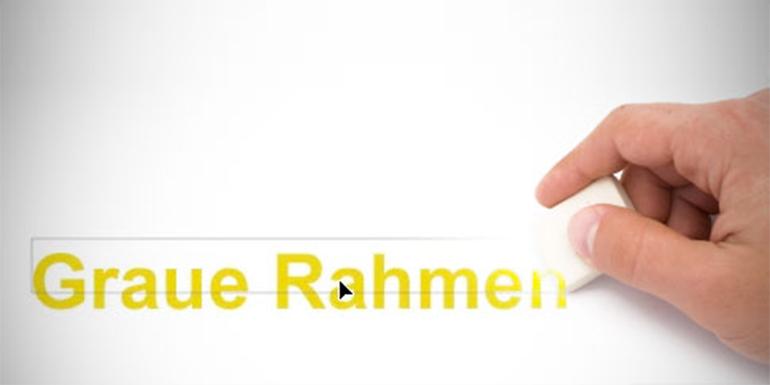 Hand mit Radiergummi, die grauen Rahmen um Text wegradiert.
