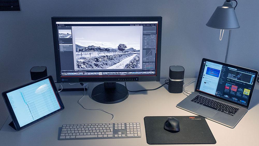 Großer Monitor, daneben Laptop iPad als Zweit- bzw. Drittmonitor
