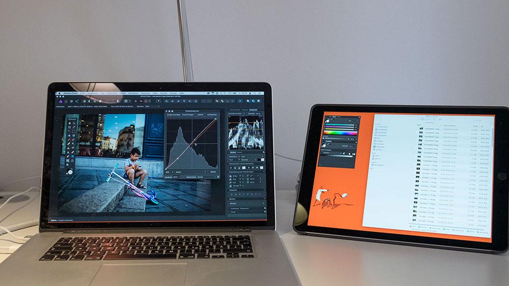 Laptop mit danaben positioniertem iPad als Zweitmonitor