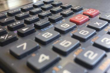 Nahaufnahme der Tasten eines Taschenrechners