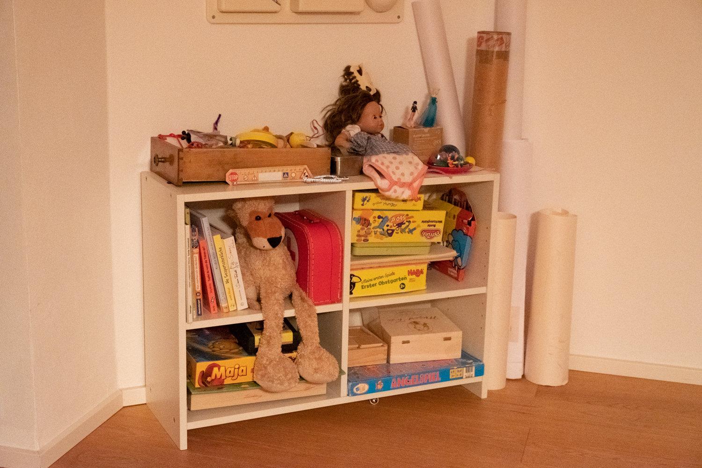 Regal mit Kinderspielsachen