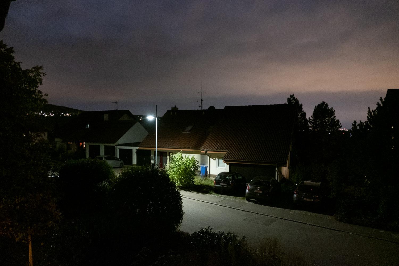 Autos vor Garage in Dunkelheit