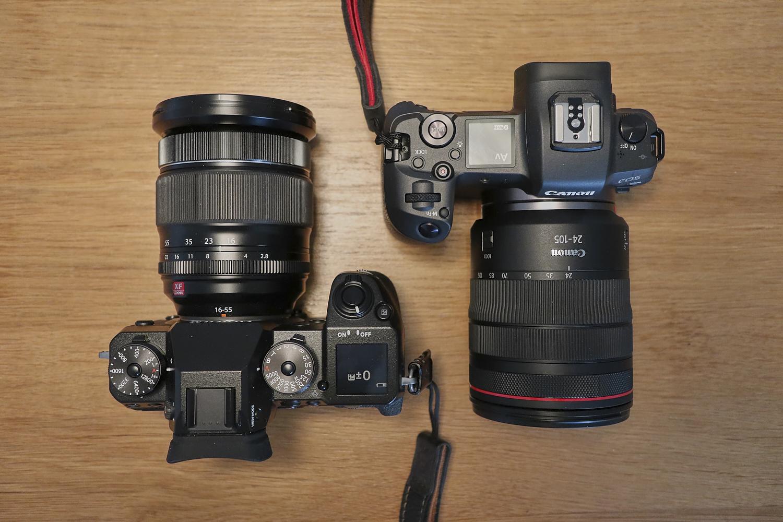 Canon EOS R und Fuji X-T1 mit angesetzten Objektiven von oben