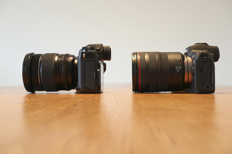 Canon EOS R und Fuji X-T1 mit angesetzten Objektiven von der Seite