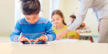 Lernende Kinder im Klassenzimmer.