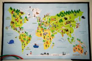 Ein großes, kindergerechtes Plakat mit einer Weltkarte darauf.