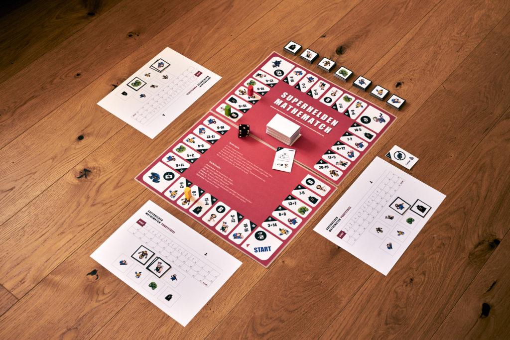 Komplette Übersicht des Spiels und allem Spielmaterial.