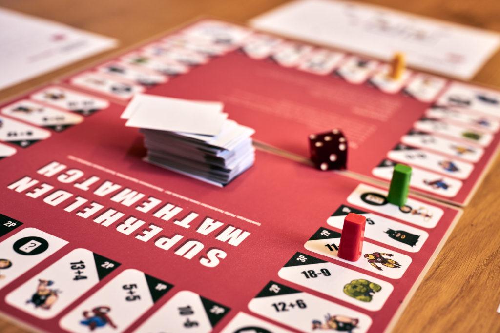 Exemplarische Ansicht des Spielplans mit einigen Spielfiguren und dem Stapel Ereigniskarten.